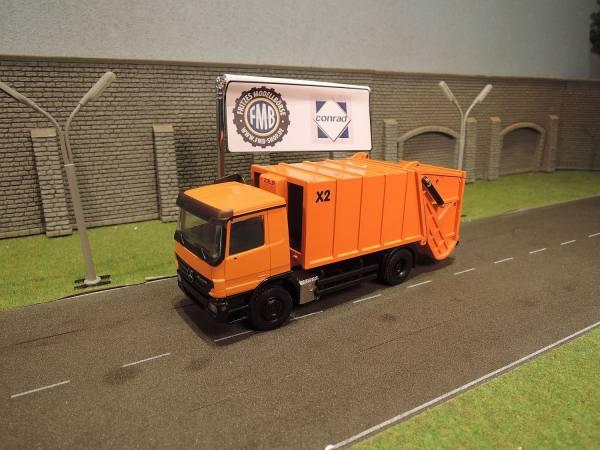 Conrad - MB Actros MP2 Zoeller X2 Müllfahrzeug -orange-