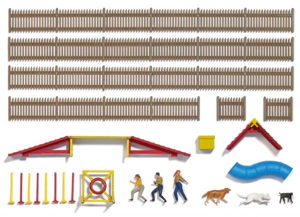 """1040 - Busch - Hundesportplatz """"Agility"""" mit Blockhütte und Figuren, Bausatz"""