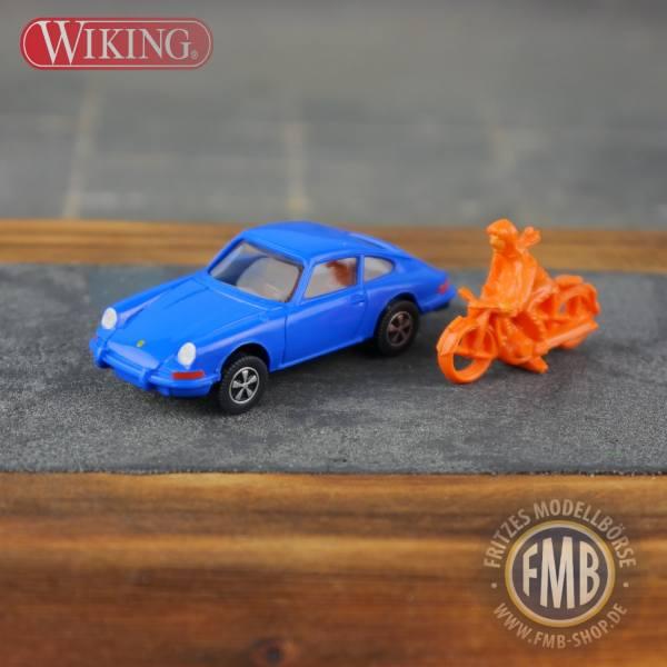 """099696 - Wiking - Porsche 911 E, himmelblau mit Motorradfahrer, orange """"Sportsfreunde"""""""