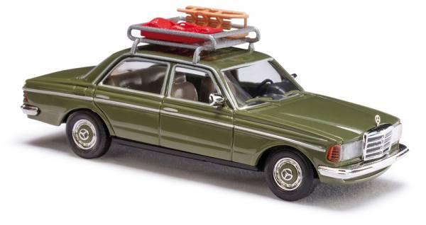 46865 - Busch - Mercedes-Benz W123 mit Schlitten und Bob auf Dachträger